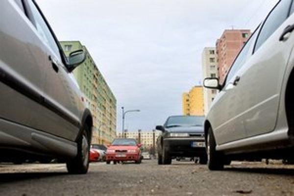 Problém s parkovaním je okrem centra najmä v Petržalke.