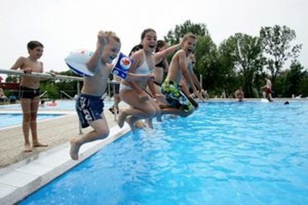 V bazéne by predsa len toto leto mohla byť voda i návštevníci.