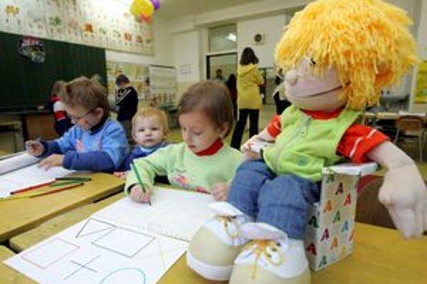 Riaditelia škôl informujú svojich kolegov o tom, že prijali deti z ich spádovej oblasti.