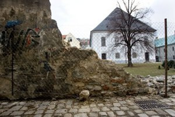 Historický a pamiatkovo chránený múr sa zosypal na dvor pred Veľký evanjelický kostol.