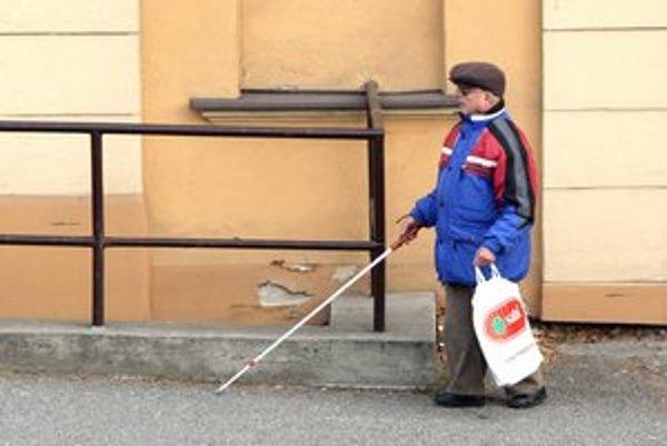 Ľudia často nevedia, ako sa správať k nevidiacim.