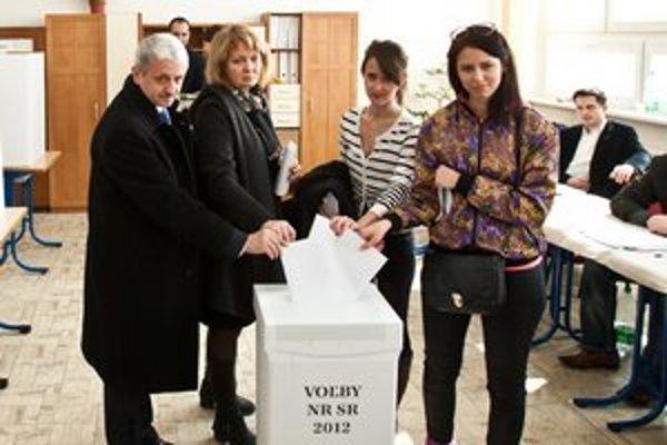Líder SDKÚ a dvojnásobný expremiér Mikuláš Dzurinda volil v Bratislave, kde strana prišla o viac ako polovicu voličov.