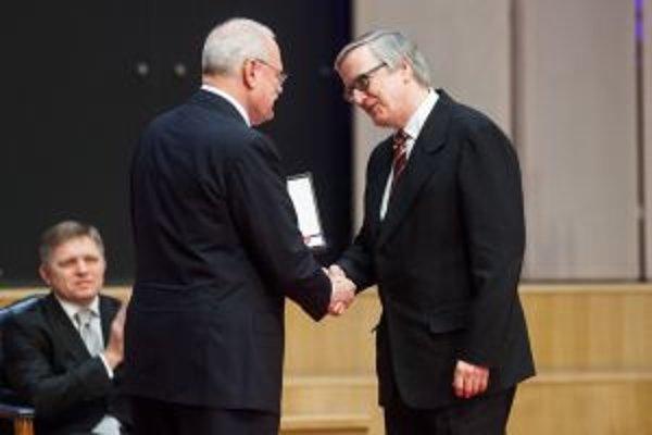 Husľový virtuóz Peter Michalica (vpravo)ako držiteľ štátneho vyznamenania Pribinov kríž II. triedy počas slávnostného ceremoniálu udeľovania štátnych vyznamenaní prezidentom SR Ivanom Gašparovičom.