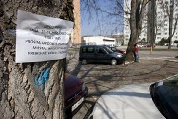 Výrub robí mestská časť Petržalka. Vyvolal odpor.
