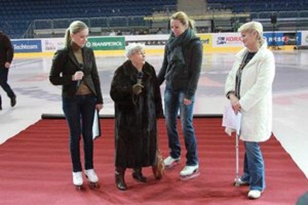 Krasokorčuliarske trenérky - Hilda Múdra a Agnesa Búrilová v spoločnosti moderátoriek podujatia herečiek Diany Mórovej a Zuzany Haasovej.