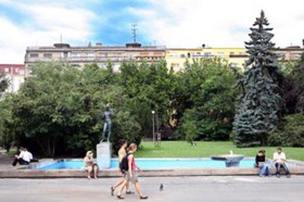 Ľudia by si na Šafárikovom námestí chceli aj posedieť, nie je však kde.