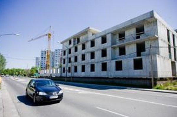 Firma, ktorá stavia v Petržalke na Betliarskej ulici, viackrát nerešpektovala rozhodnutia úradov. Začala stavať iné objekty, než na aké mala povolenie.
