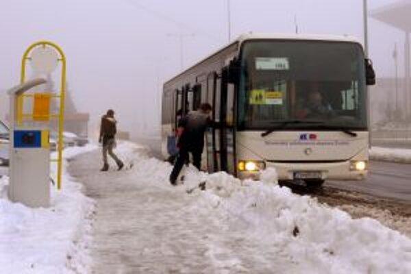 Cestujúci museli prekračovať kopy snehu.