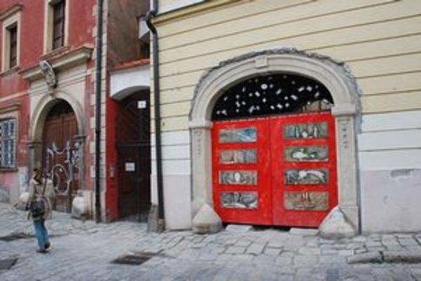 Kapitulská ulička s červenými dverami na Slovenskej katolíckej charite.