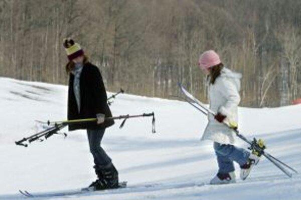 Ak sa chcú v Nevoľnom lyžovať po okolitých svahoch, musia si na ne vyšliapať. Obecný vlek totiž roky chátra.