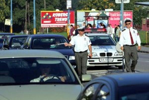 Vodiči v Bratislave dnes museli jazdiť podľa pokynov dopravných policajtov.