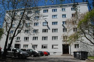 Prvý panelák v Československu dodnes stojí na Kmeťovom námestí pri vysokoškolskom internáte Bernolák.