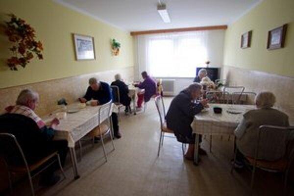 Dôchodcovia a klienti sociálnych zariadení by po zmene zákona mali za svoj pobyt platiť aj o stovky viac.