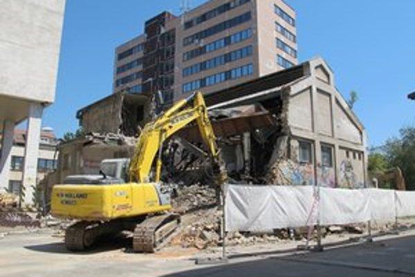 Z azbestu je podľa aktivistov strecha bývalej zámočníckej dielne.  V roku 1999 jeho používanie Európska komisia zakázala, keďže patrí medzi karcinogény.