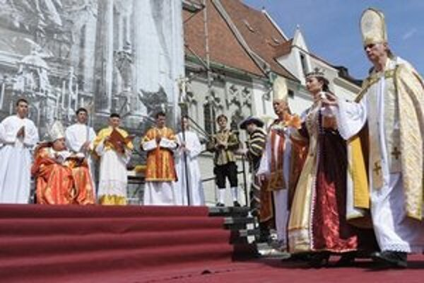 Cirkevní hodnostári privádzajú Eleonóru, tretiu manželku cisára Ferdinanda III. Stvárňuje ju herečka Lucia Komorovská.