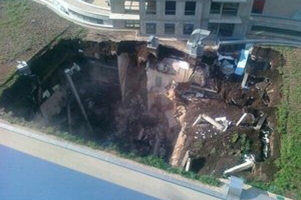 Päťpodlažná budova s viacpodlažnou podzemnou garážou na bratislavskej Plynárenskej ulici sa zrútila v nedeľu ráno.