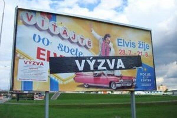 Reklamy je plné mesto.