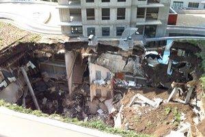 Budova sa zrútila v nedeľu 1. júla.