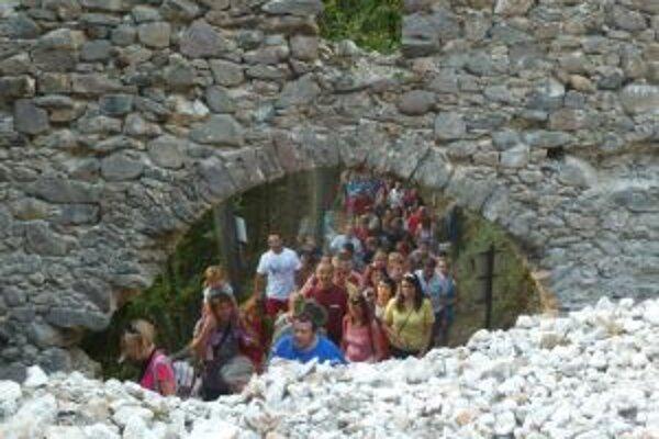 Novou prístupovou cestou na hrad Revište prešlo pred pár dňami takmer dvesto ľudí.
