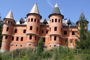 Hrad v Repišti začali stavať v roku 2009.