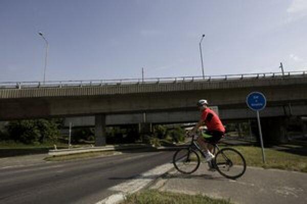 Cyklotrasa pod Prístavným mostom.