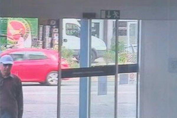 Lupič vchádza do banky na Kaštieľskej ulici.