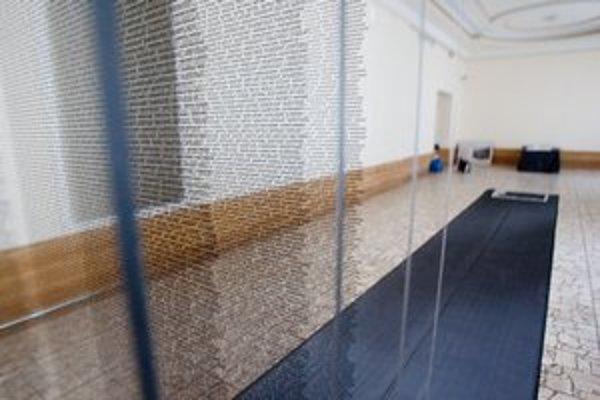 Pamätník tvoria tabule skla s menami.