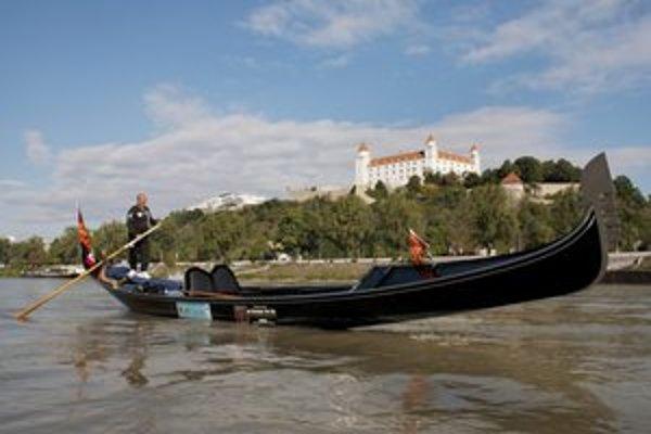 Gondolier na dôchodku sa predviedol na Dunaji.