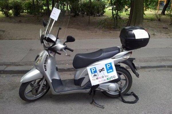 Motorky a skútre dnes nemajú kde parkovať, stáť môžu len na miestach pre autá.