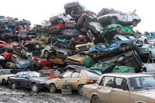 Mestská časť chce donútiť vlastníkov vrakov,a nepojazdných áut, aby sa o nich postarali.