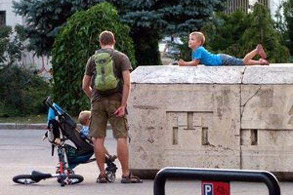 Pohľad na Kamenné námestie. Dnes na ňom nenájdete ani jednu lavičku.