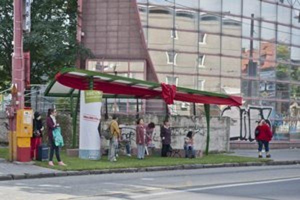 Zelená zastávka je reklamou na nový projekt.