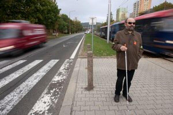 Polícia a únia nevidiacich počítali, koľkí šoféri zastanú pred nevidiacim.