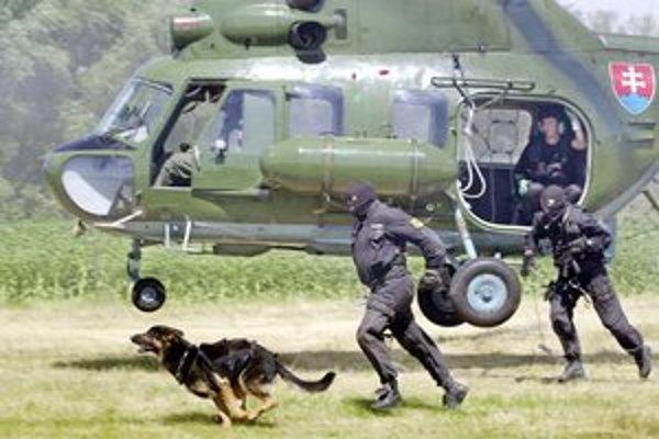 Prestrelky a krúženie vrtuľníka nad rodinnými domami Rusovčanom prekážali.