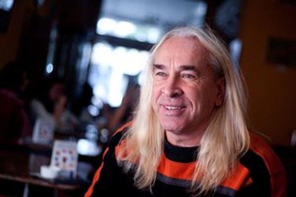 Marián Greksa, známy ako rockový hudobník zo skupín Modus, Demikát či Grexabat,  je bratislavským poslancom. Tento rok vstúpil aj do strany SaS. Zatiaľ to neľutuje, hovorí, že vláda Ivety Radičovej sa rozpadla pre staré pravicové štruktúry.