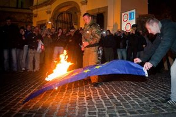 Na záver pochodu spálili vlajku.