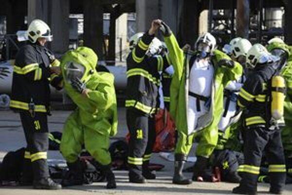 V októbri hasiči cvičili simulovaný únik kyselín v rafinérii v Slovnafte.