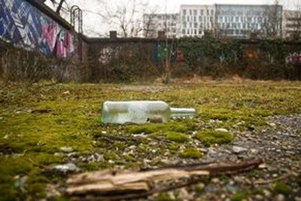 Nedostavaný bazén nad River Parkom je dnes zarastený. Na jeho dne nájdete fľaše z rôzneho alkoholu, prázdne spreje ,  či sviečky.