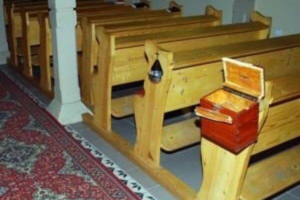 Pred niekoľkými týždňami sa do kostola vlámali zlodeji, dnes v noci sa v ňom zídu veriaci.
