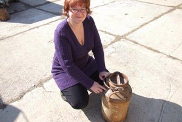 Vzácny nález. Magdaléna Hričáková ukazuje konvu so starým medom, ktorú objavila pod horou.