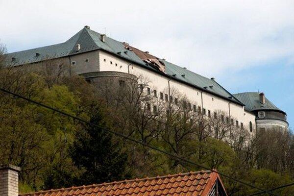 Poškodená strecha hradu Červený kameň po silnom vetre.