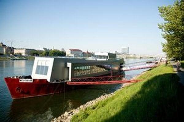 Loď nedávno prešla rekonštrukciou, zmenená je na nepoznanie