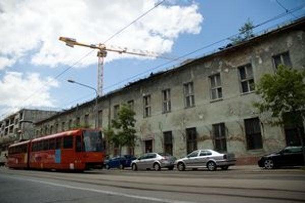 Fasáda  za strany Radlinského , ešte stojí, no výstavbu neprežije.