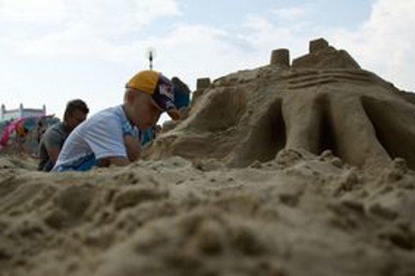 Pláž pri Tyršovom nábreží otvorili deti stavbou hradov z piesku.