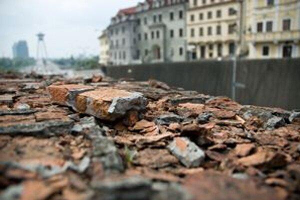 Mestské hradby sa rozpadávajú.
