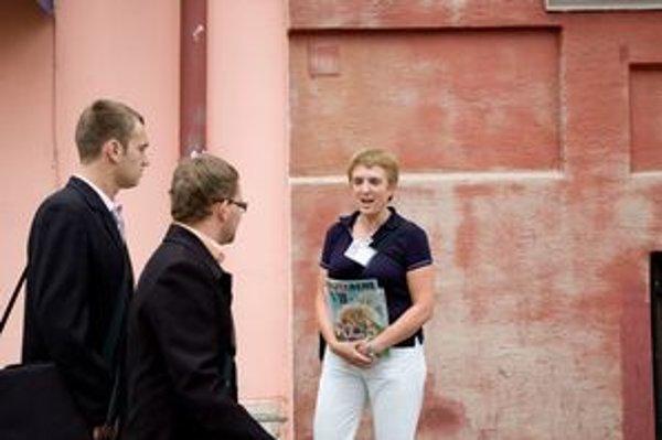 V Bratislave je dnes 2360 registrovaných predajcov Nota Bene. V piatok si predaj časopisu vyskúšali dobrovoľníci.