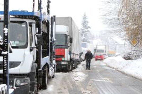 Sneženie komplikuje dopravu najmä na horských priechodoch.