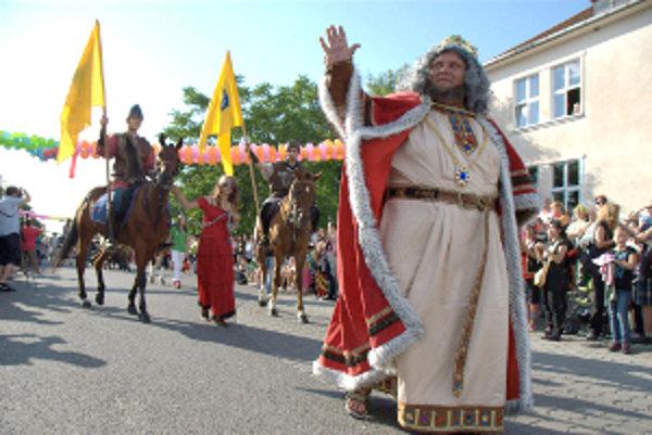 Sprievod masiek viedol na Slnečné jazerá kráľ karnevalu.