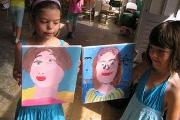 Deti maľovali portréty na plátno.