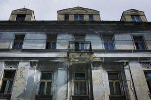 Reštituovaný dom s regulovaným nájomným je aj zanedbaný dom na Cintorínskej uliciv Bratislave. Nedávno sa tam prepadol strop a dva dni unikal plyn.